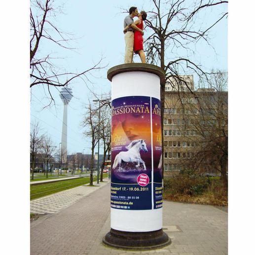 Die 1,90 m grosse Originalskulptur auf einer Litfass-Säule ist in der Düsseldorfer Innenstadt (Ecke Haroldstrasse/Poststrasse) zu sehen.