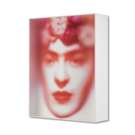 Das Portrait und somit der hypnotische 3D-Effekt wirkt schon dann anders, wenn man nur leicht die Position vor dem Werk verändert.
