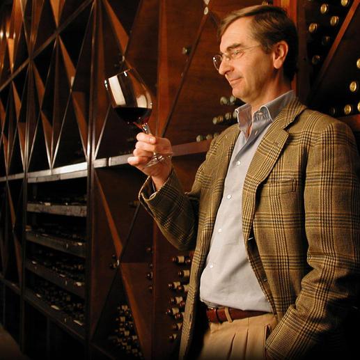 Baron Ricasoli bei der Degustation in seinem Weinkeller.